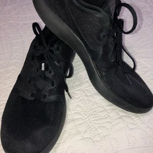 EXCELLENT CONDITION MENS SOLID BLACK NIKE 10.5